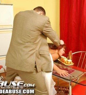 Невеста отдыхала на кухне, когда шафер ее там застал и грубо трахнул за столом с праздничной едой