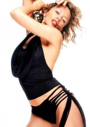 Различные красивые наряды блондинистой девушки Kylie Minogue