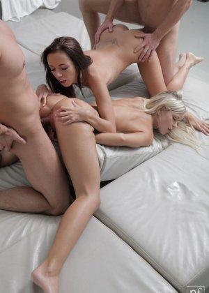 Две девушки пригласили своих парней домой что бы заняться с ними сексом