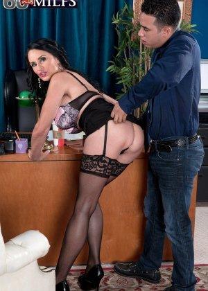 Рита Дэниелс – сексуальная секретарша, которой ничего не стоит соблазнить любого мужчину своими буферами