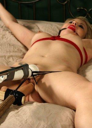 Бондаж и секс машина, трахающая ее пизду – все, что нужно курящей Тати Руссо