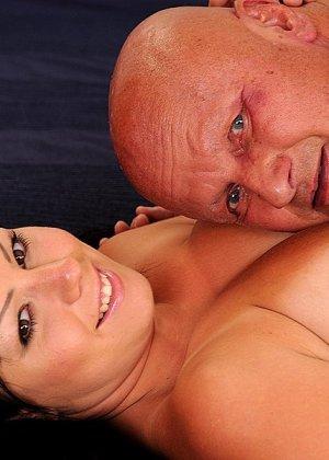 Лысый старик и сексуальная брюнетка с большими сиськами занимаются сексом