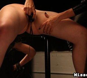 Скованную деваху пытаются довести до оргазма вибратором