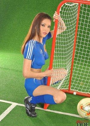 Агнес участвует в эротической фотосессии, где она выступает в роли любительницы футбола