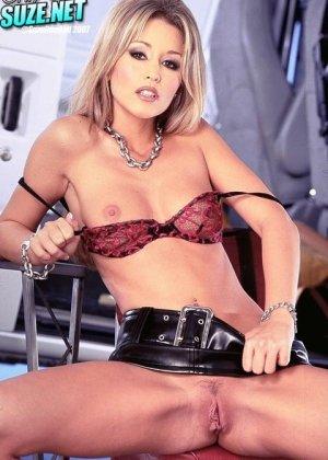 Красивая фигуристая блондинка в супер короткой юбочке любит красиво раздеваться, позировать и ласкать себя, в любом месте, где ей захочется