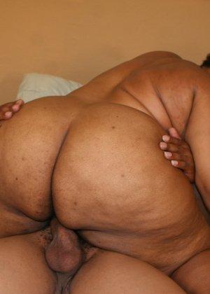 Зрелая, толстая, черная телка занимается анальным сексом с худым парнем