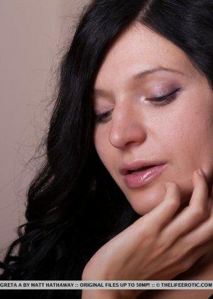 Засовывает пальчики вовнутрь волосатого влагалища брюнетистая чика