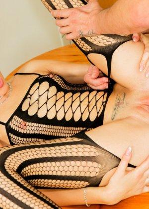 Шикарная красотка в эротичном одеянии соблазняет мужчину и он с удовольствием ее трахает