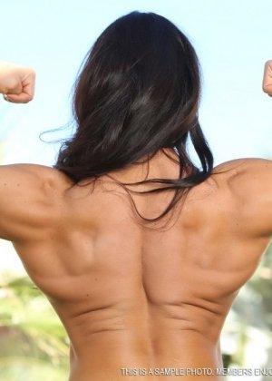 Анжела Сальвагно – накаченная брюнетка, которая показывает свое спортивное тело, она поражает собой
