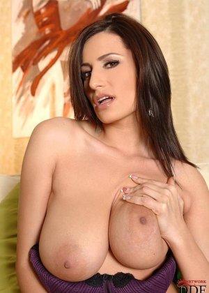 Брюнетка с натуральными грудями просто поражает своей сексуальностью и умением соблазнить