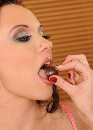 Три сексуальные красотки показывают, как хорошо они могут развлекаться с помощью пальчиков и язычков