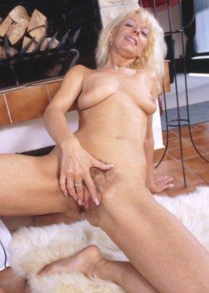 Блондинка часто мастурбирует у камина, зрелая порно звезда для этих целей использует вибраторы
