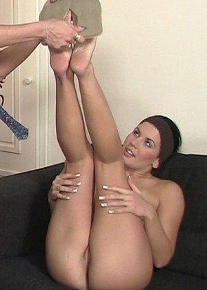 Две дамочки очень хотят секса, поэтому с удовольствием накидываются на один член и получают удовольствие