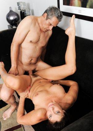 Зрелая парочка занимается очень жарким сексом, доказывая, что даже в их возрасте можно неплохо зажигать