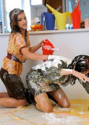 Горячие подруги лесби устроили беспорядок на кухне, развлекаясь, и пытаясь друг друга раздеть