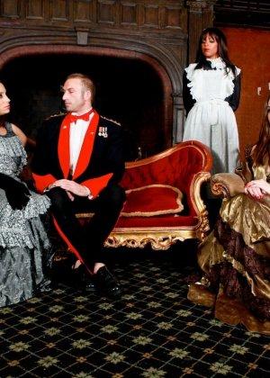 Две красивые пары в эффектных костюмах участвуют в фотосессии, но многое остается за кадром