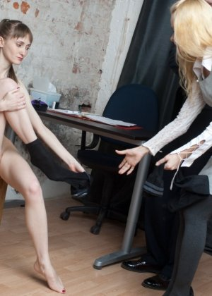 Симпатичная шлюшка пришла на медосмотр, но в процессе возбудилась и начала мастурбировать в кабинете врача