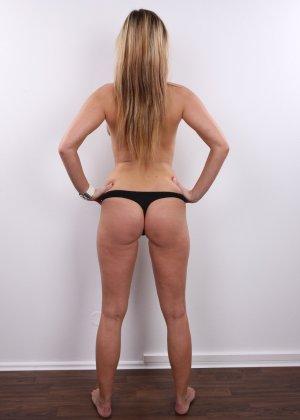 Блондинка показала свое голое тело, потому что хочет сниматься в порно