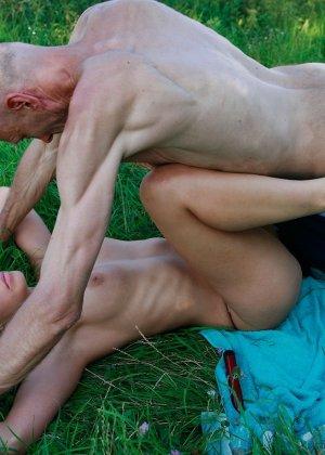 Худой дед на свежем воздухе отодрал сексуальную молодуху с шикарной грудью