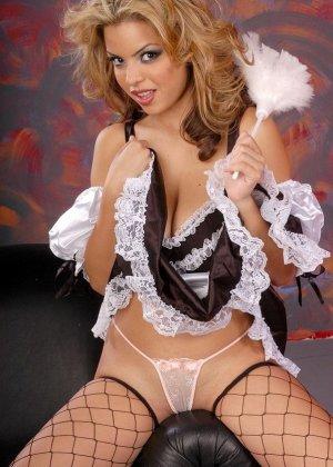 Откровенная фото сессия блондинки с большими сиськами, которая любит ролевые игры и разные позы в сексе