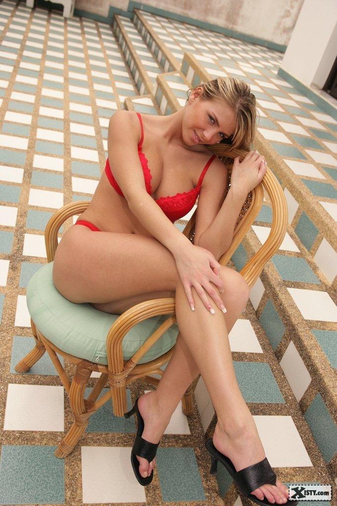 Немного поломавшись, молодая блондинка сняла с себя бикини