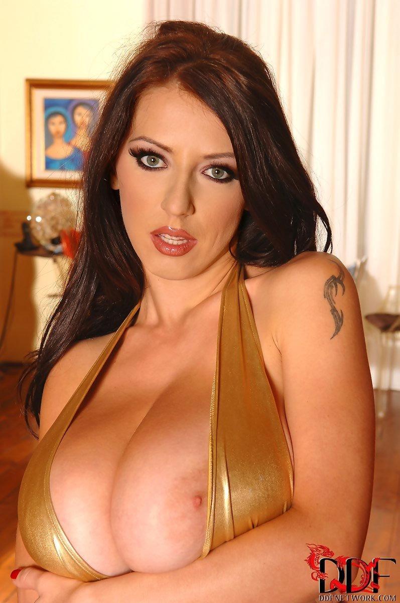 Деваха с удовольствием показывает свою большую, шикарную грудь