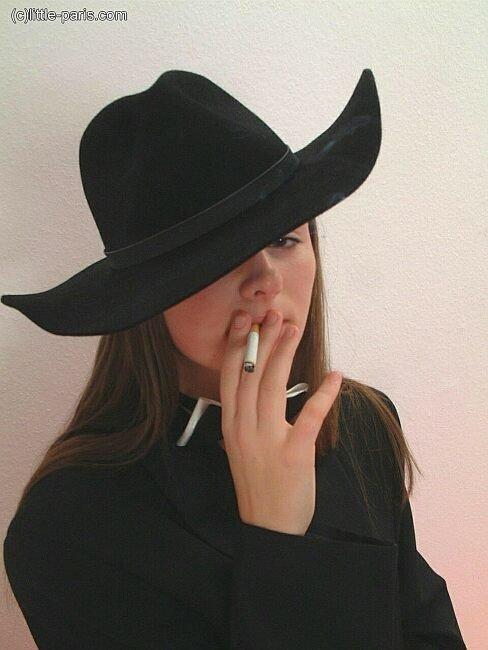 Курящая девка показывает сиськи