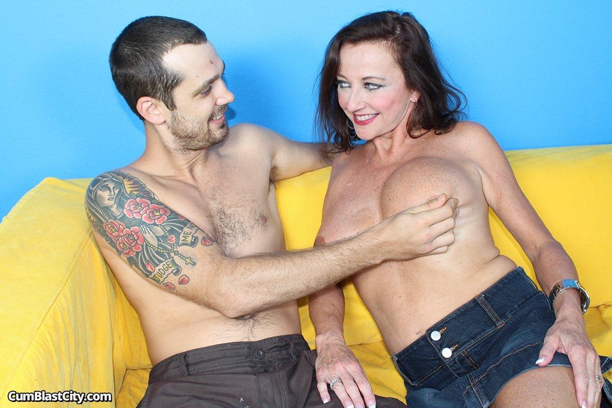 После дрочки, парень мощно обкончал обвисшую грудь зрелой Ciara Blue