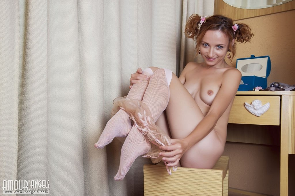 Рыжая девчушка пока не готова засунуть эти шарики в себя