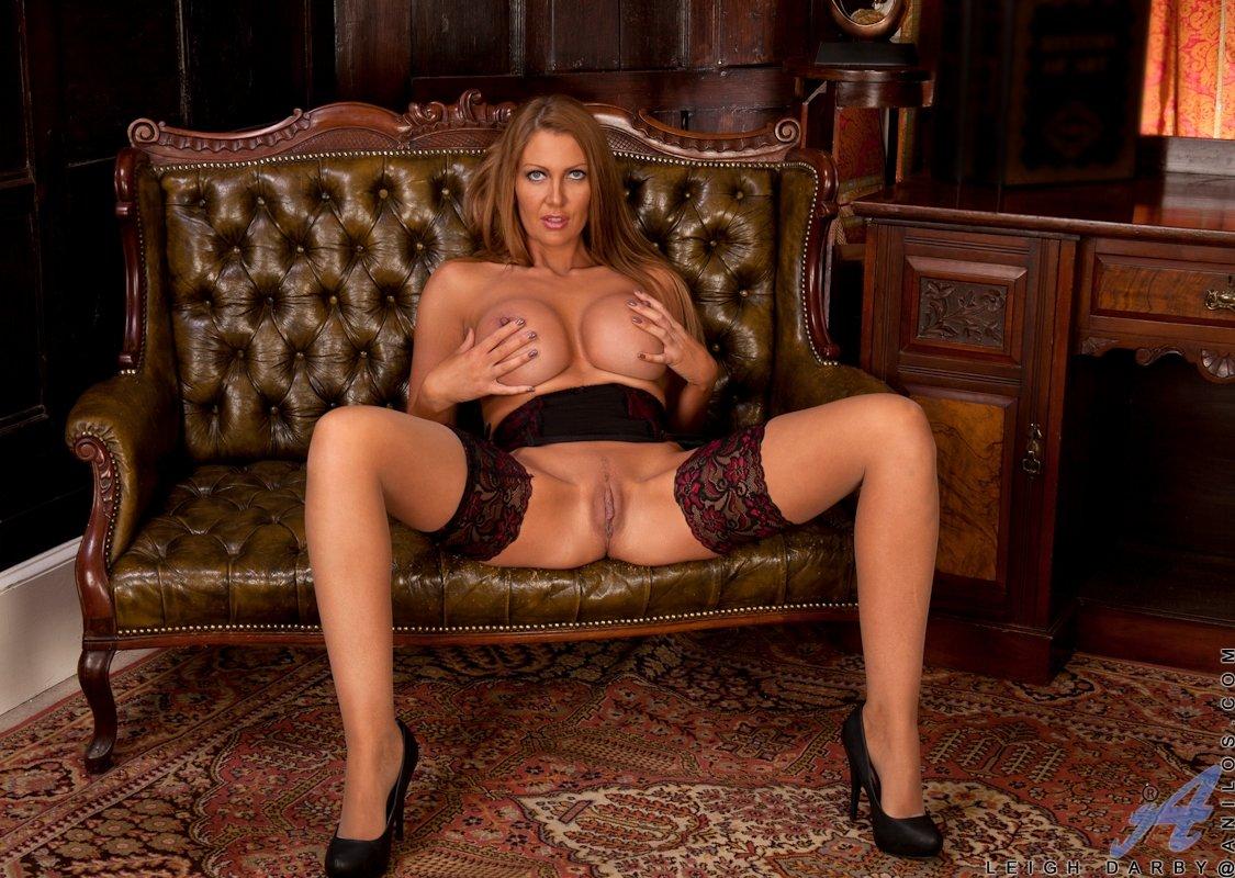 Лея Дарби показывает, как она сильно хочет секса
