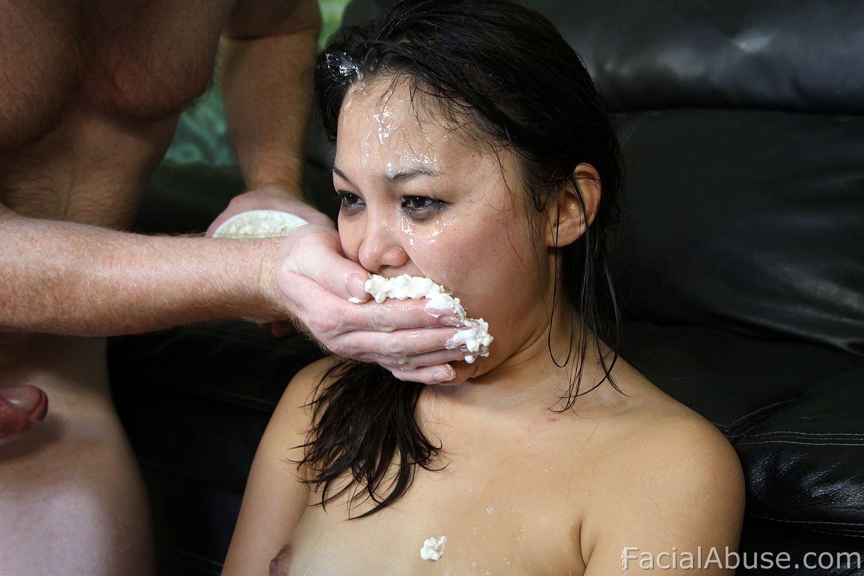 Трахнул азиатку глубоко в рот