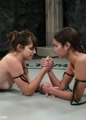 Две полуголые девки отчаянно борются на ринге