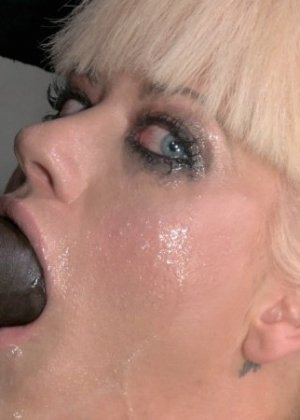 Трахать ее возможно только в рот, в пизду она ебется с секс-машиной