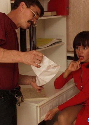 Семейная пара ебется лишь слегка приспустив одежды