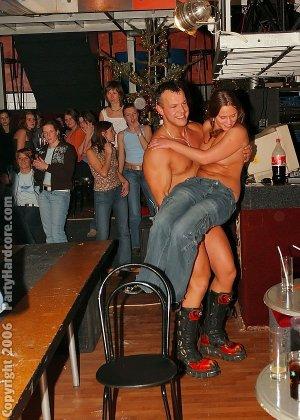 Телки в клубе возбудились и сосали хуи у стриптизеров, некоторые даже ебались