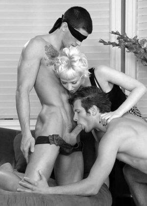 Секс втроем издавна пользуется популярностью у людей