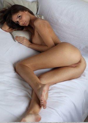 Милая девчонка показывает свое голое тело