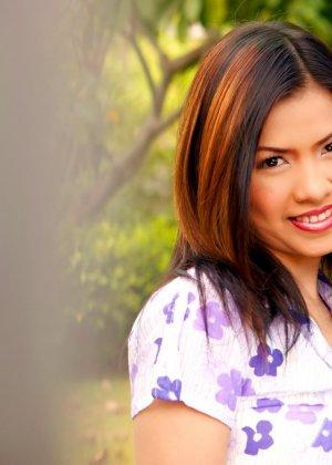 Азиатка украдкой показывает свою волосатую пизду во время прогулки в саду