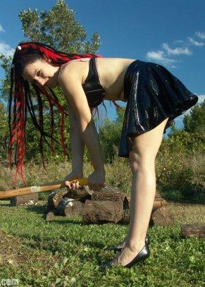 Телка с топором показывала сиськи на природе
