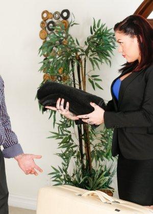 Массажистка одела клиенту повязку на глаза и предложила себя выебать