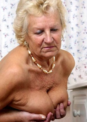 Зрелые похотливые бабы демонстрирует волосатые раздолбанные вагины