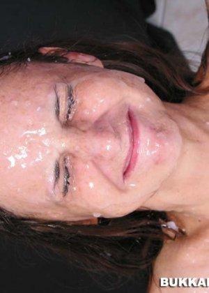 На лицо женщины сперма брызгала со всех сторон