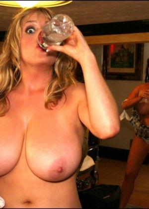 Две женщины выпив вина показали свои большие сиськи