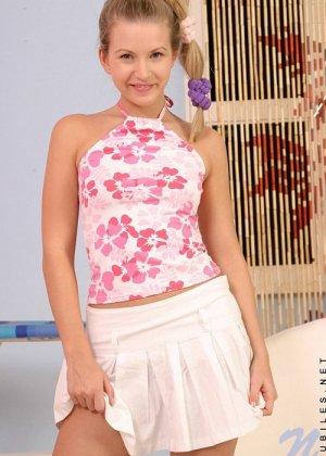 Нелла сняла трусики и приподняла короткую юбку