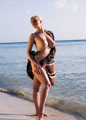 Страстная блондинка загорала голой на пляже и была выебана двумя мужчинами