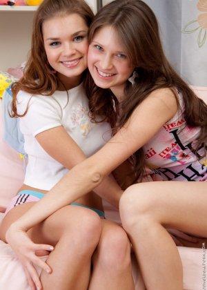 Молодые русские лесбиянки ласкают бритые дырочки