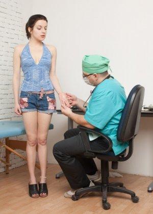 Пожилой гинеколог тщательно осмотрел анальное отверстие молодой женщины