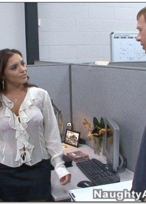 Зрелая латинка Francesca смачно перепихнулась с коллегой на работе