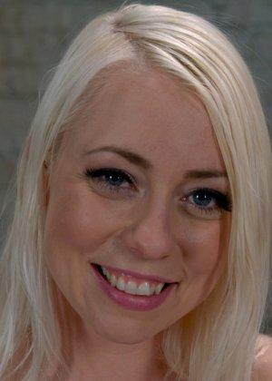 На сисястую блондинку нахлынула страсть и она трахнулась со своим коллегой в кабинете, отсосав у него хуй