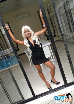 Голые блондинка азиатка показала пизду на улице